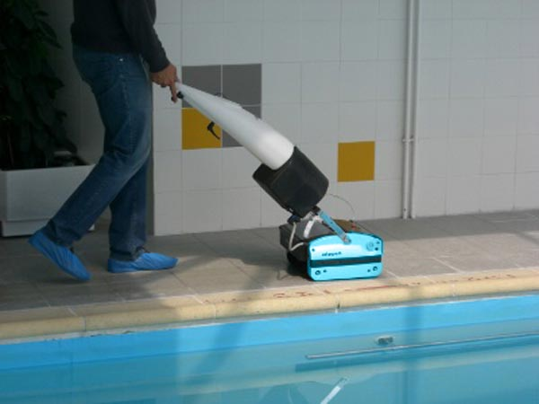 Cleaning Pool Tiles - Rotowash